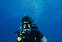 Aqua Lung i200C hot lime colour in use by a scuba diver