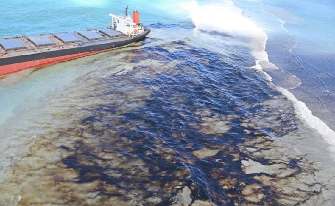 MV Wakashio spilling fuel oil