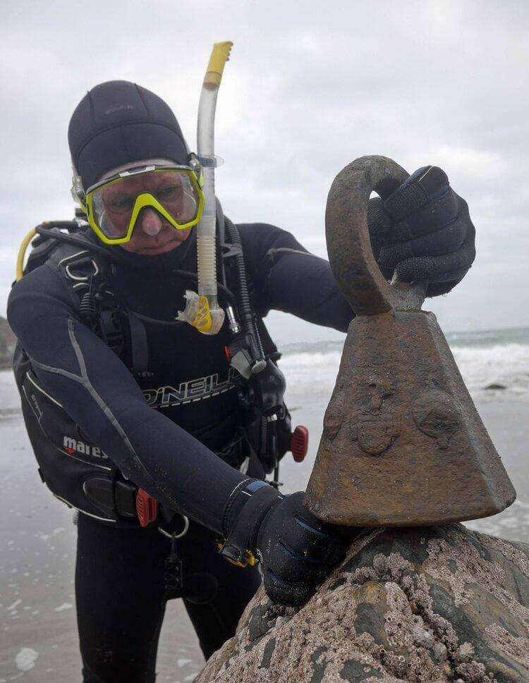 Maritime archaeologist David Gibbins Schiedam recovers weights artefacts